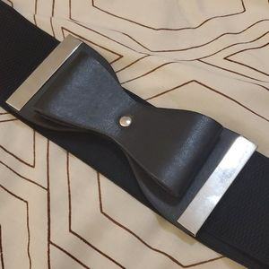 Stretchy belt with a bow tie clasp